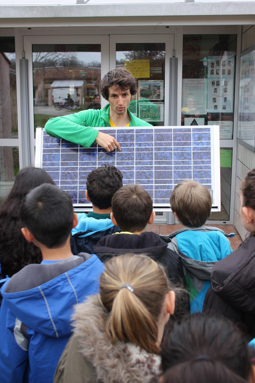 Jonas George, membre de Citoy'enR, anime un atelier de sensibilisation avec des élèves d'une école primaire.