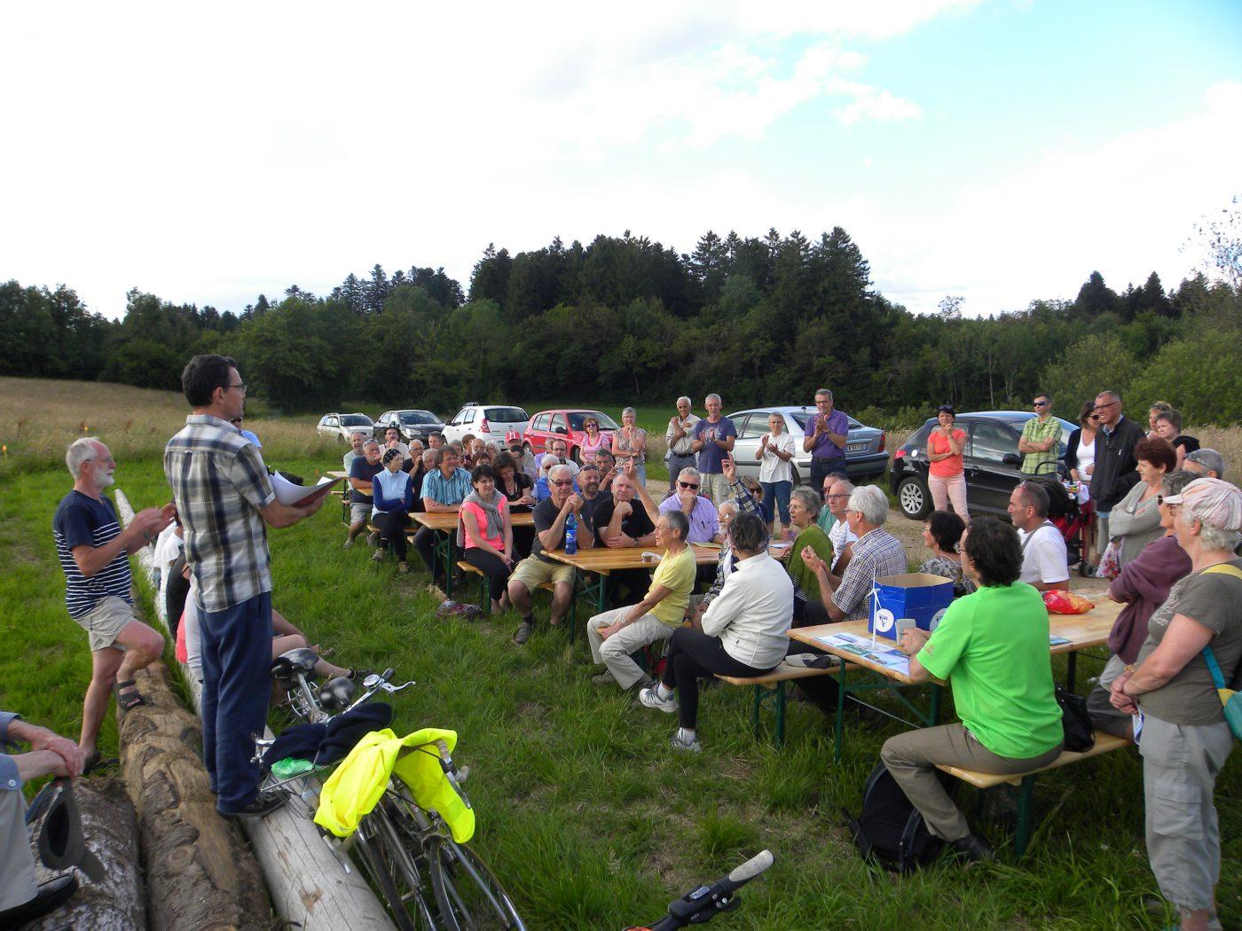 De nombreux citoyens réunis en 2016 sur le site pour en savoir plus sur l'avancée du projet, en amont de l'entrée en service du parc et du rachat de l'éolienne
