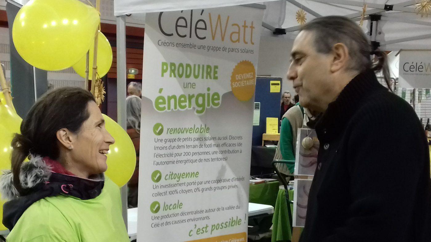 Photo d'un stand de CeleWatt, qui mobilise l'épargne solidaire pour installer des panneaux solaires