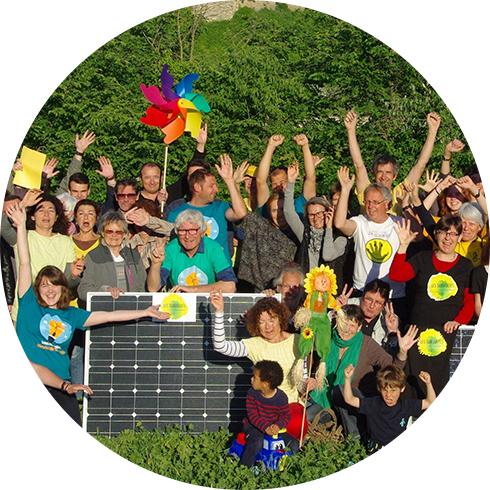 Photo : le groupe des Survoltes d'Aubais, et leur projet de parc solaire au sol co-financé par Énergie Partagée
