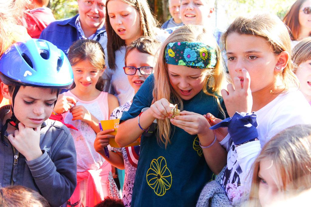 Ouverture du trésor par les enfants devant la chaufferie