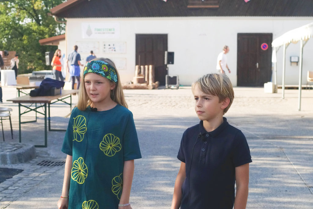 Des écoliers de Lucinges devant la chaudière communale