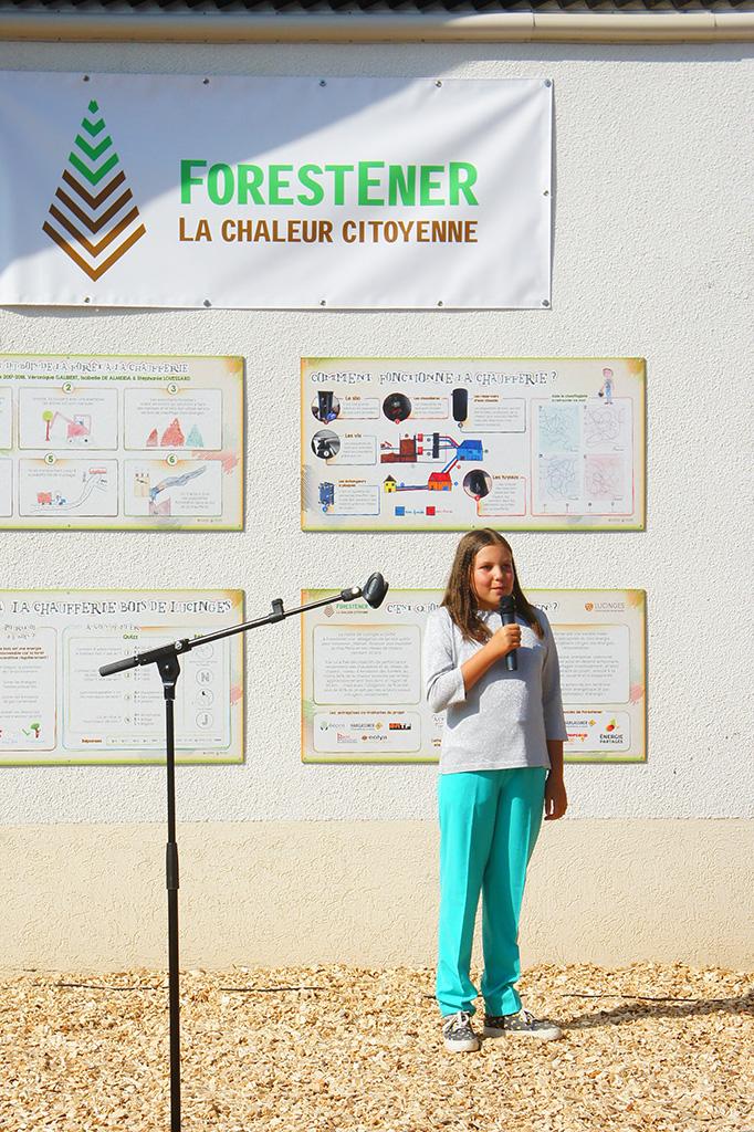 Une écolière qui a travaillé sur les panneaux pédagogiques pendant son année de CM1 présente le travail des enfants