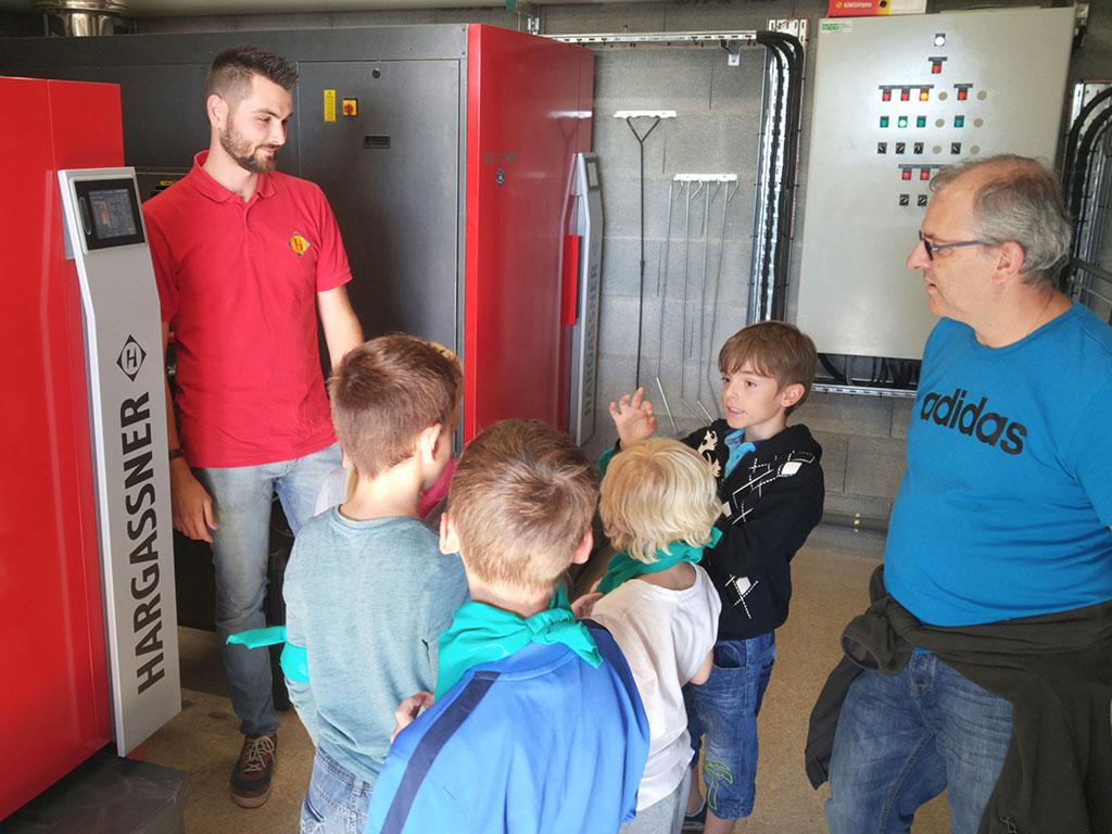 Hargassner explique le fonctionnement de la chaufferie citoyenene aux enfants de Lucinges