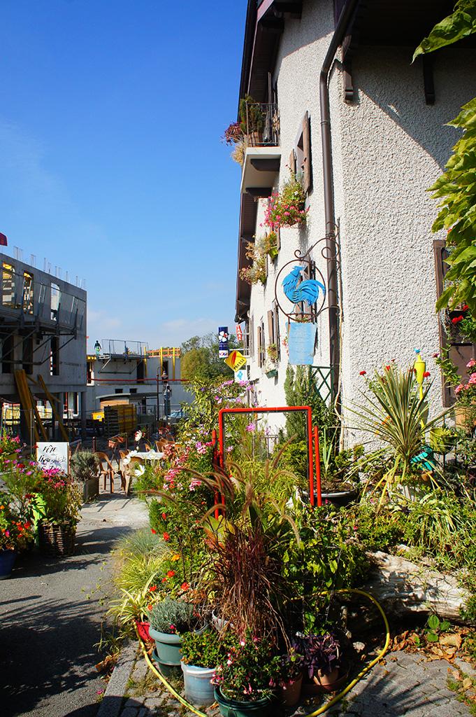 Le café sur la place du village à Lucinges