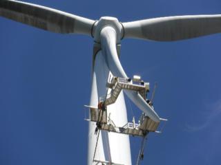 Des techniciens installent des améliorations aérodynamiques sur les éoliennes de Bégawatts à Béganne