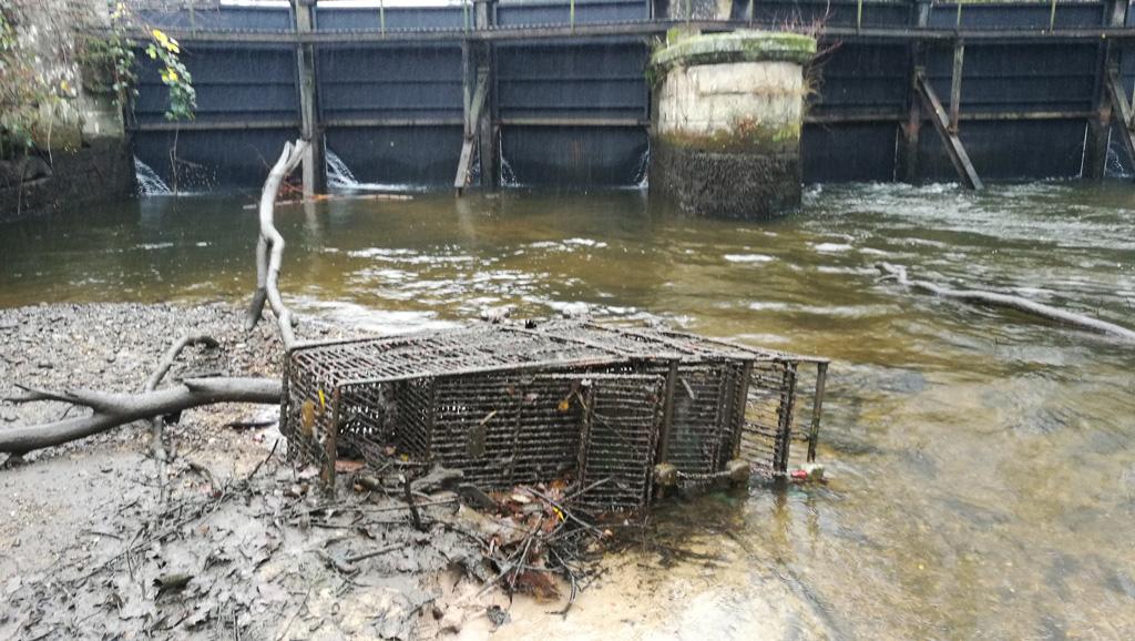 Vidange du canal d'amenée d'eau d'HydroEpinal, découverte de détritus et caddies