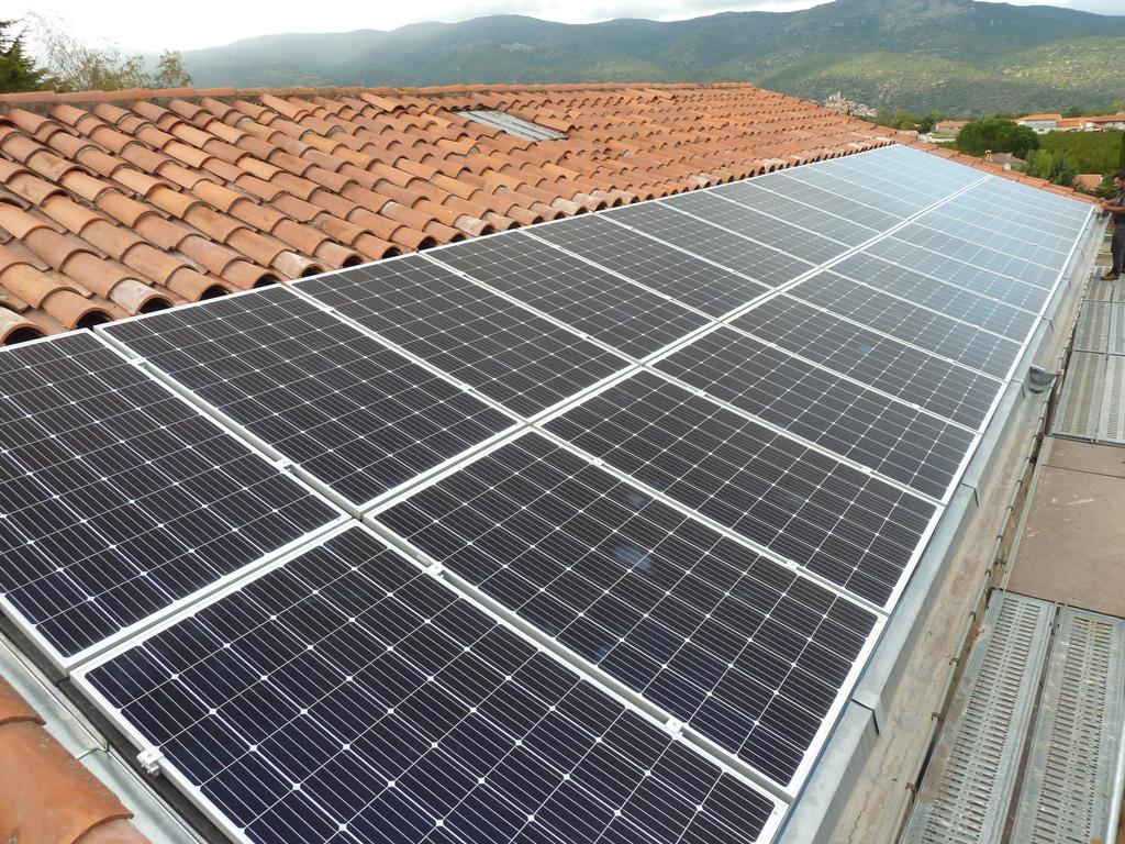 Centrale photovoltaïque de 9 kWc de la coopérative citoyenne Conflent Énergie sur le toit de la cave coopérative de Los Masos