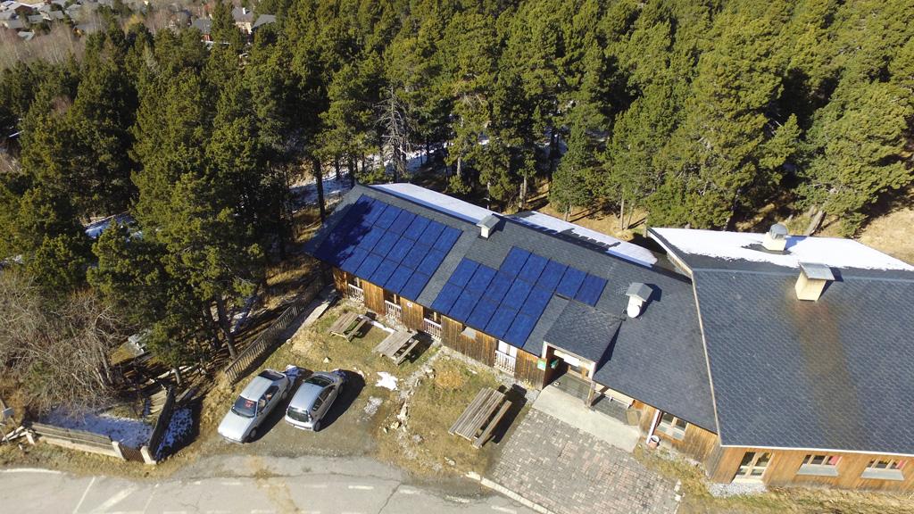 Centrale photovoltaïque de 9 kWc de la coopérative citoyenne Conflent Énergie sur le toit du centre d'accueil et d'éducation à l'environnement de la Clé des Champs, à Eyne, géré par l'association Eyne Développement Durable