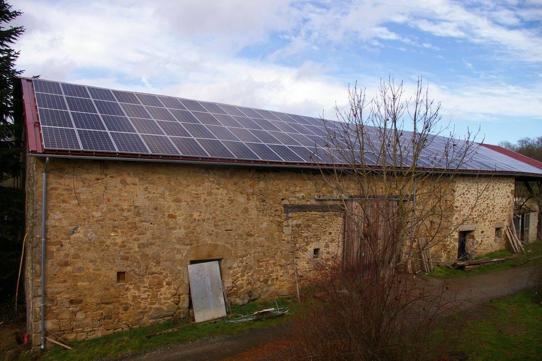 La centrale solaire de la Citoyenne solaire sur le toit de la Ferme de Vaudet (Les Cars)