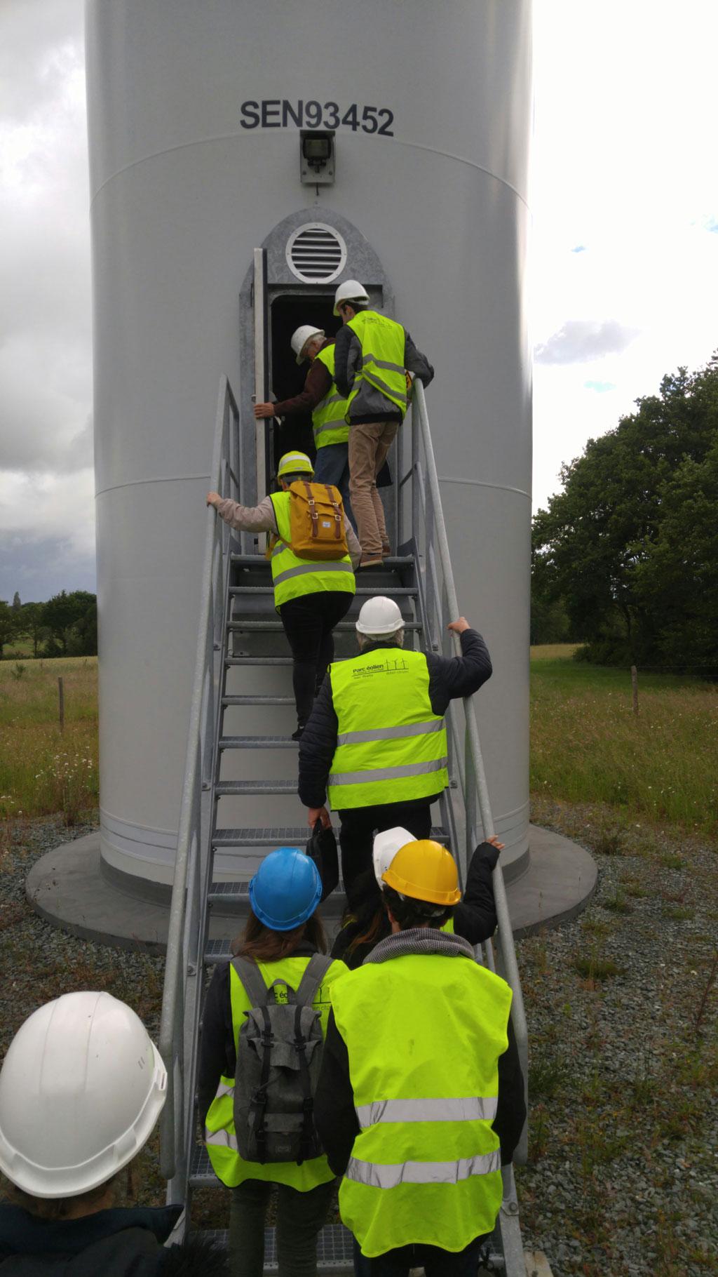 Un groupe de visiteur grimpe l'escalier qui donne accès à l'éolienne Berthe du parc éolien Isac-Watts