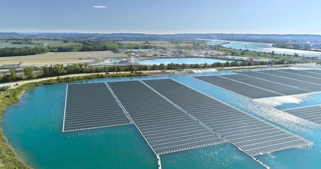 La centrale photovoltaïque flottante O'MEGA1 à Piolenc, co-financée par Energie Partagée