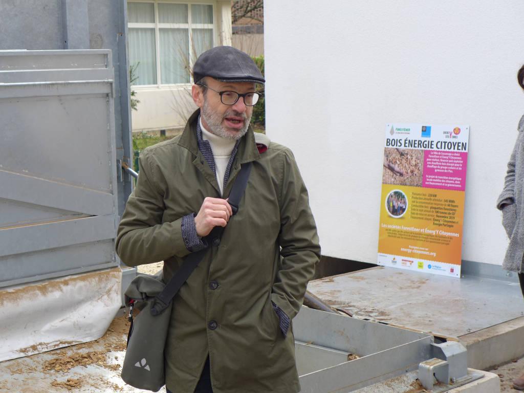 Eddie Chinal, président de ForestEner, présente le réseau de chaleur aux visiteurs.