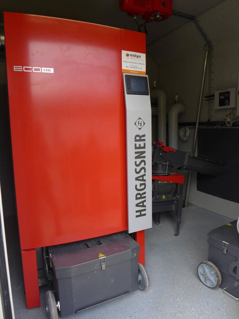 Les cendres de combustion se déversent dans le coffre de stockage au bas de la chaudière. Le très bon rendement de combustion implique une faible quantité de cendres.