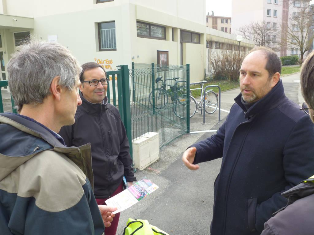 Le directeur de l'école, très satisfait de cette nouvelle installation, échange avec Julien Robillard, le président de la coopérative Energ'Y Citoyennes. Peut-être un futur sociétaire ?