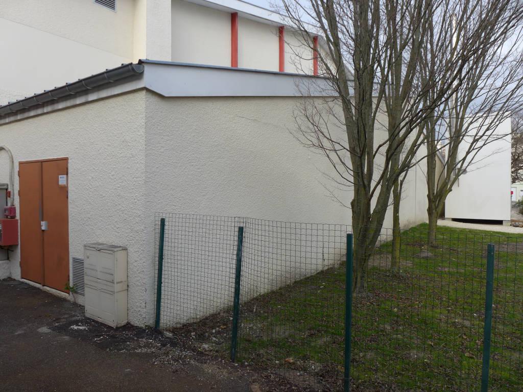 À proximité immédiate de la chaufferie bois, le local de la chaudière gaz d'appoint du gymnase.