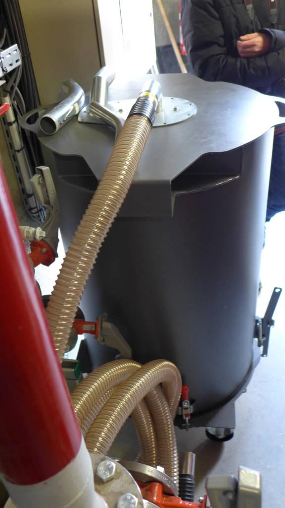 Un aspirateur centralise dans ce caisson les cendres récupérées dans les bacs au bas des deux chaudières, pour faciliter leur manutention.