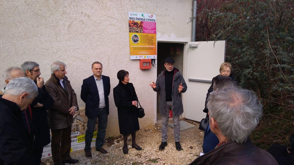 Eddie Chinal de ForestEner explique que la chaufferie bois-énergie de Quaix-en-Chartreuse est alimentée en bois local.