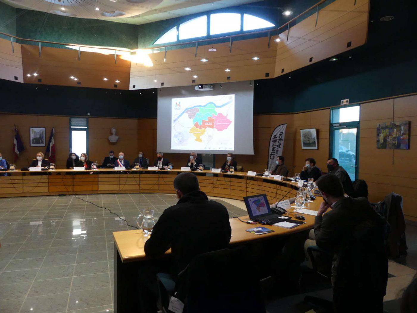 La ministre, les élus et les porteurs de projets EnR citoyens du département se retrouvent à la mairie de Chemillé-en-Anjou pour une heure d'échanges et retours d'expériences.