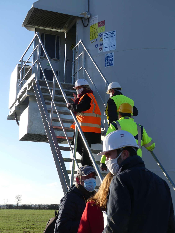 La ministre de la transition écologique visite la base d'une des éoliennes du parc éolien citoyen.