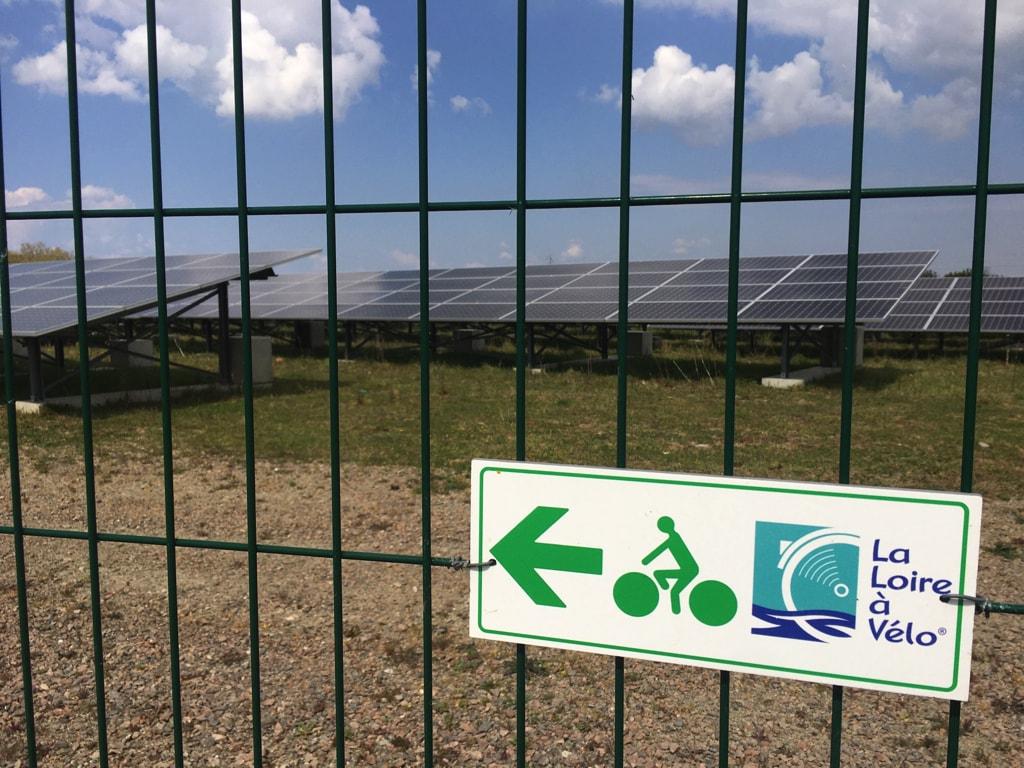 Panneau Loire à vélo sur la clôture de la centrale solaire