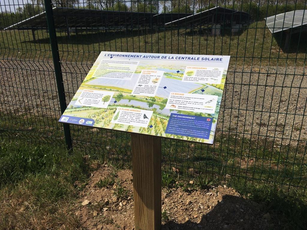Centrale solaire La Petite Vicomté - Panneau pédagogique présentant l'environnement écologique de la centrale (faune et flore)