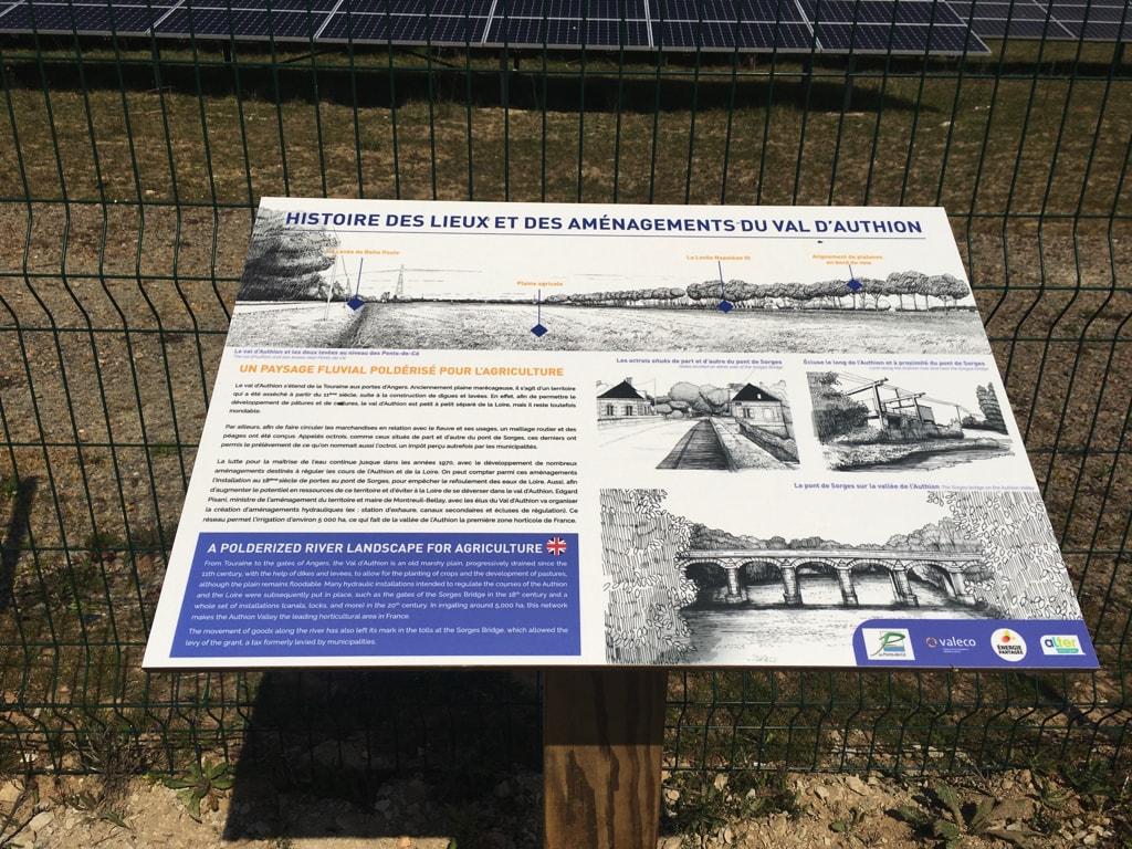 Centrale solaire La Petite Vicomté - Panneau pédagogique présentant les lieux et l'histoire du Val d'Authion