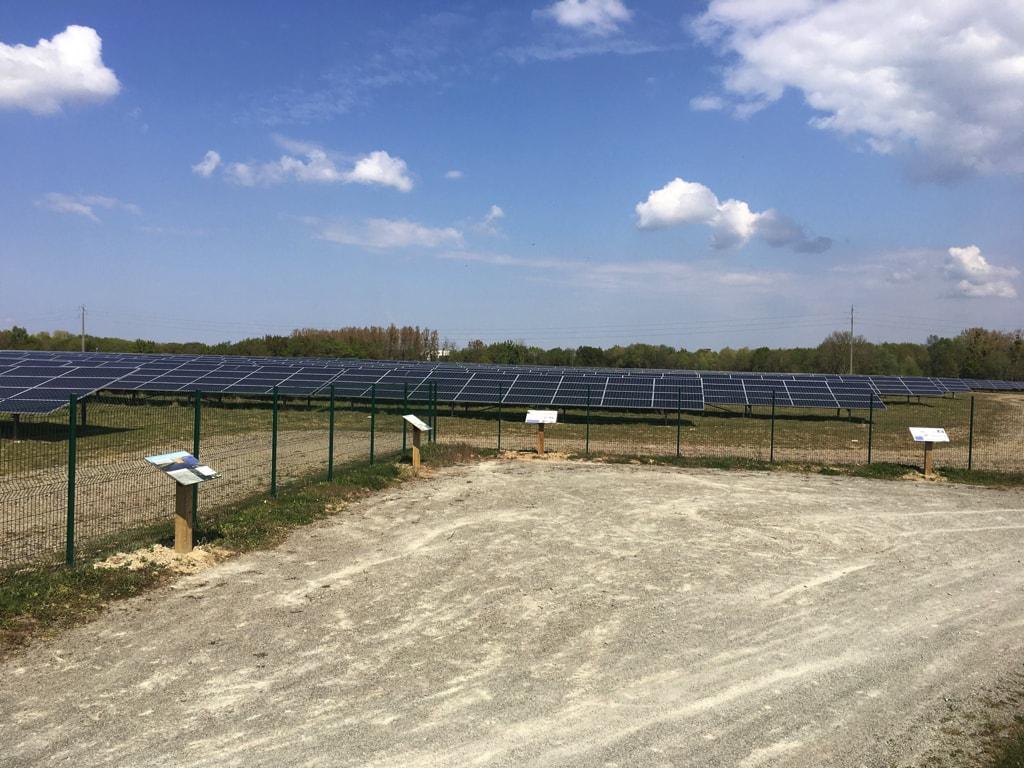 Quatre panneaux d'information sont installés devant la centrale photovoltaïque