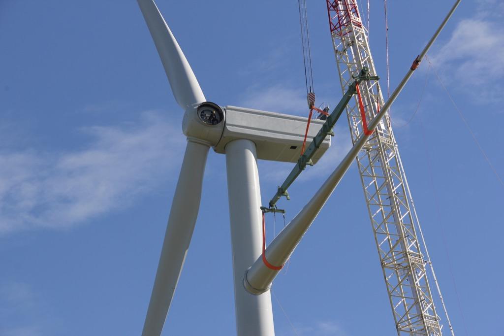 Levage des pales de l'éolienne E3 du parc éolien citoyen des Grands Fresnes